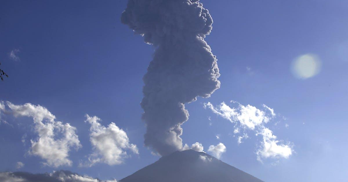 Vulkan auf Bali spuckt Asche