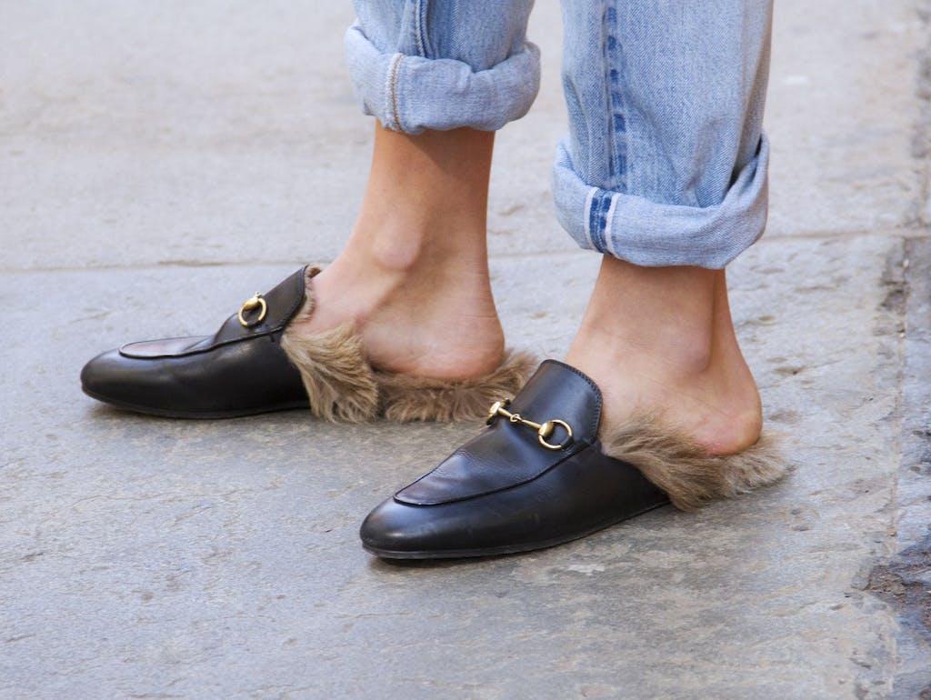f590cf05c4d An den Anblick der Gucci-Slipper mit Fell gewöhnen wir uns einfach nicht .