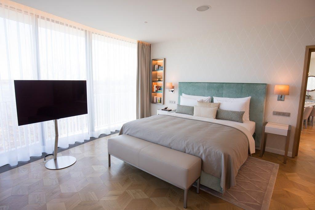 was muss ein modernes hotelzimmer k nnen. Black Bedroom Furniture Sets. Home Design Ideas