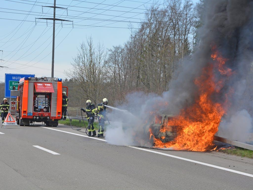 Batterien in Brand: Wie gefährlich sind Elektroautos?