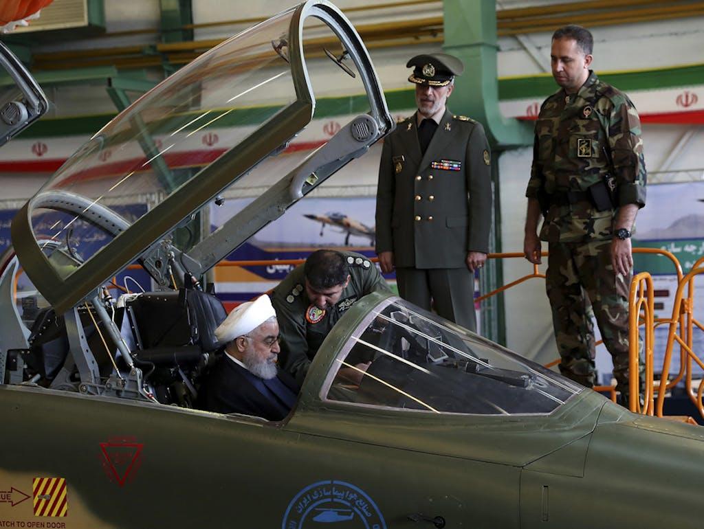 Rouhani im Cockpit: Iran stellt ersten eigenen Kampfjet vor