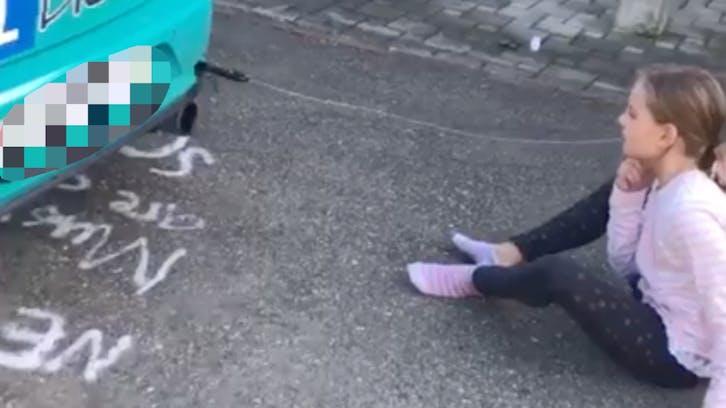 Fahrlehrer zieht seiner Tochter mit dem Auto einen Zahn