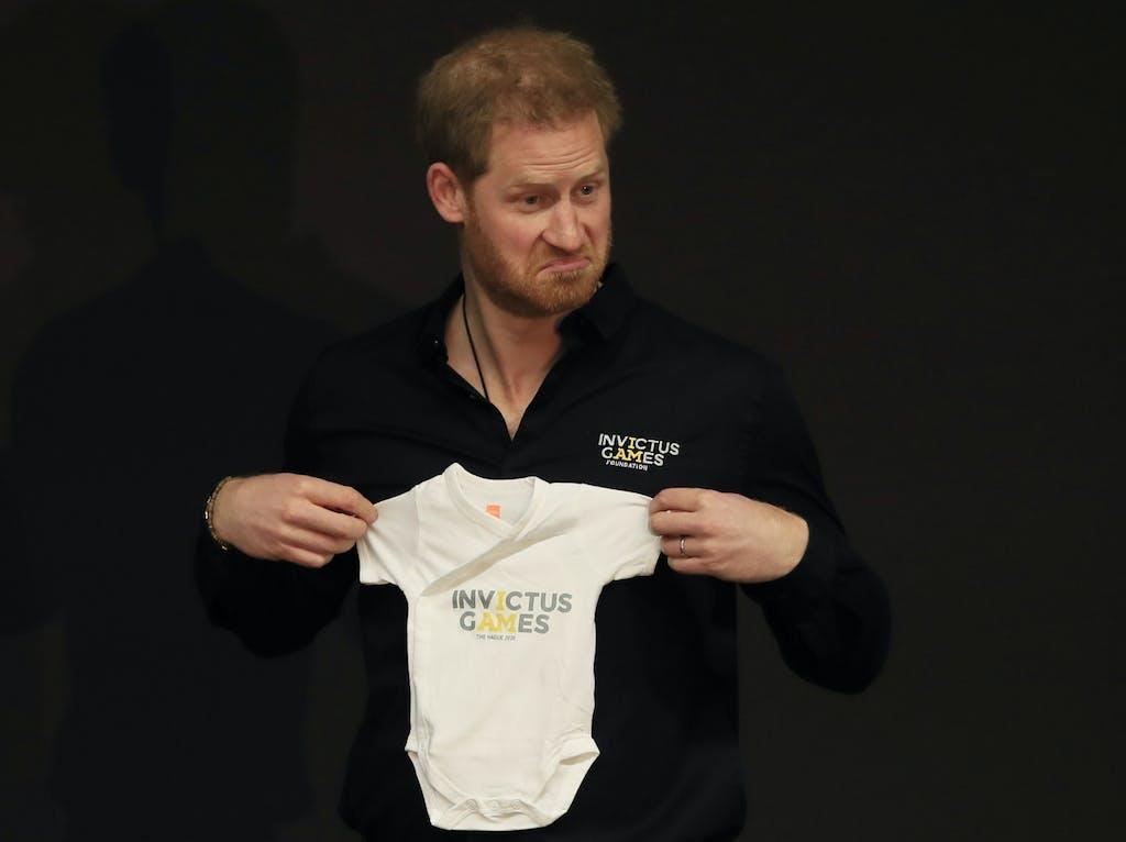 La Devrait Rompre Du Baptême Tradition Baby» Le Avec «royal jc5LS34qAR