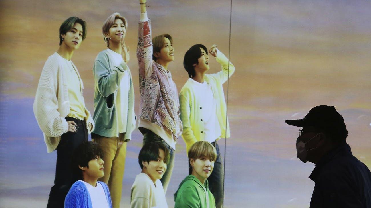 Ein Plakat der südkoreanischen Musikgruppe BTS.