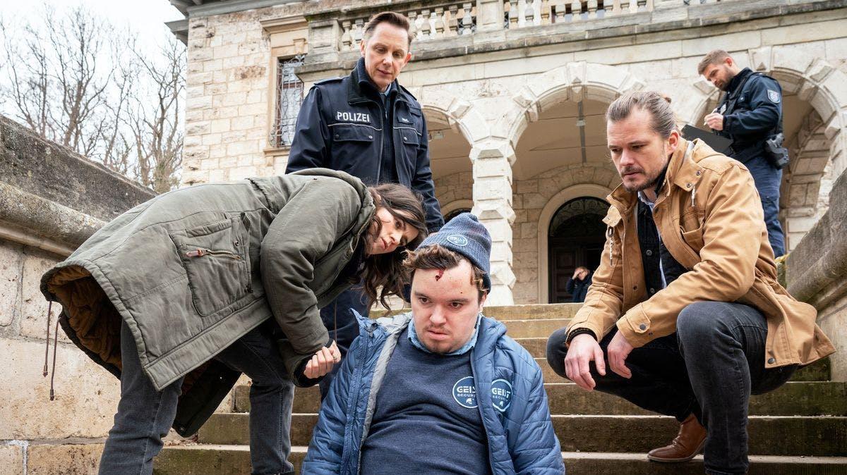 Kira Dorn (Nora Tschirner) untersuchte am Tatort die Leiche von Holger Wollbach (Manuel Ossenkopf).
