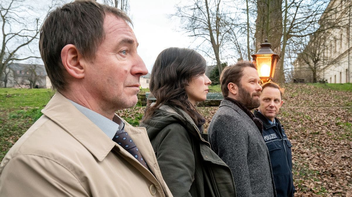 Abschied der Revierfamilie an der Ilm: Kurt Stich (Thorsten Merten, links), Kira Dorn (Nora Tschirner), Lessing (Christian Ulmen, dritter von links) und Lupo (Arndt Schwering-Sohnrey).