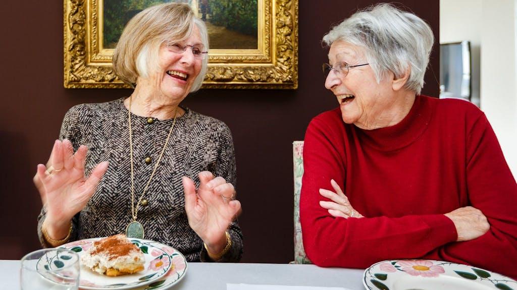 Zwei Frauen bei Tischgemeinschaft im Kanton Zug