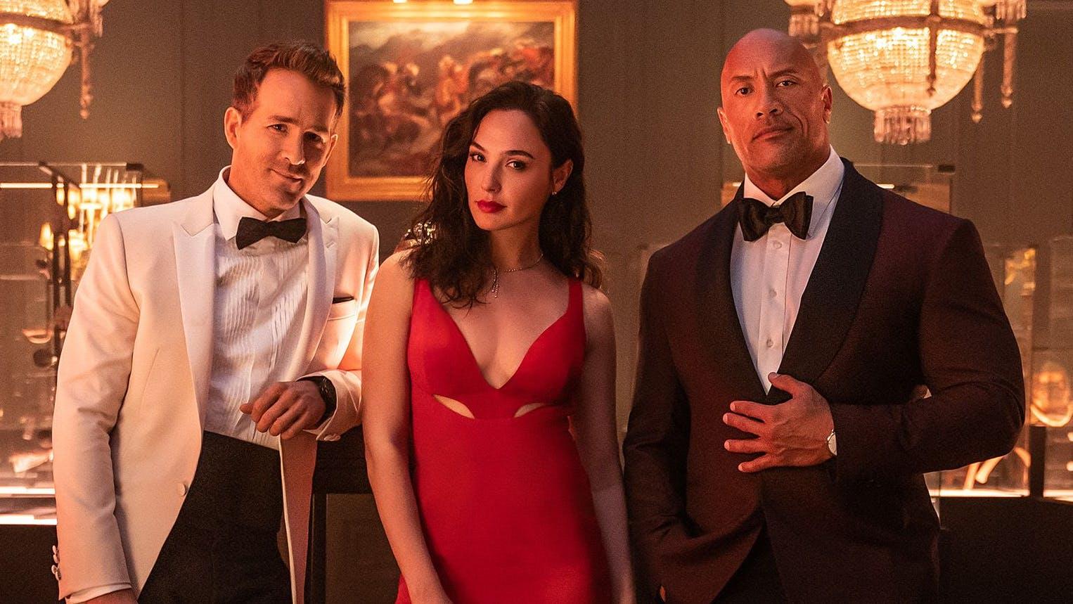 Ryan Reynolds, Gal Gadot und Dwayne Johnson machen sich in der Action-Komödie «Red Notice» auf Verbrecherjagd. Start ist der 12. November 2021.