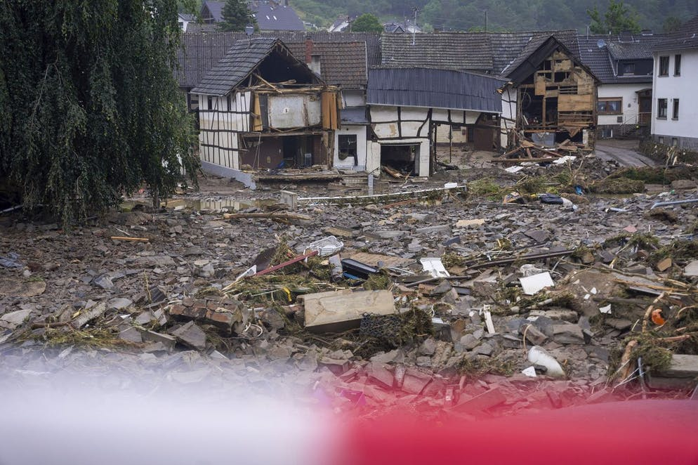 Des débris recouvrent les routes de Schuld, en Allemagne, le vendredi 16 juillet 2021, au lendemain des inondations.