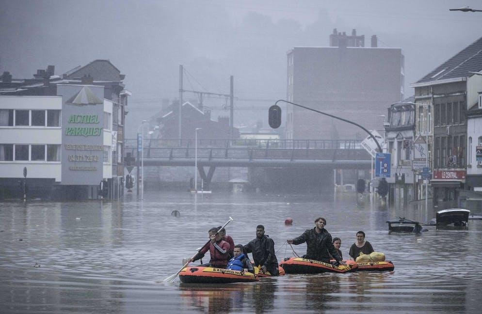 Les gens utilisent des radeaux en caoutchouc dans les eaux de crue après que la Meuse a rompu ses rives lors de fortes inondations à Liège, en Belgique, le jeudi 15 juillet 2021.
