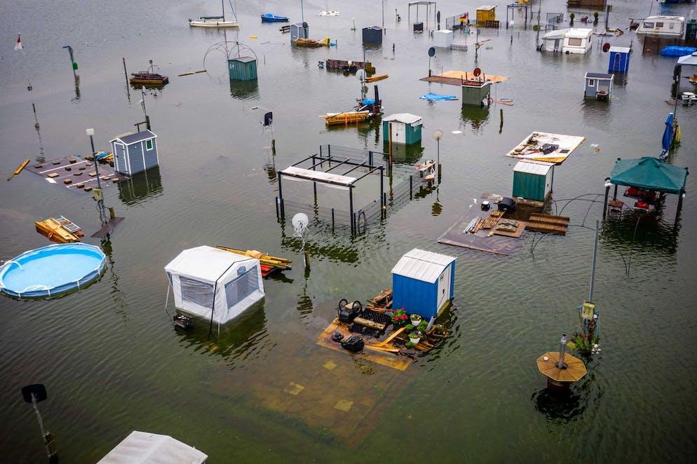 Image prise avec un drone montre des caravanes et des camping-cars sous l'eau au camping De Hatenboer à Roermond, Pays-Bas, 15 juillet 2021.