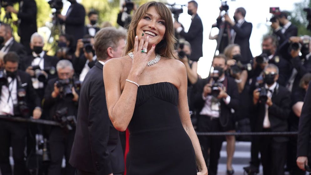 Carla Bruni poses for photographers upon arrival at the premiere of the film 'Peaceful' at the 74th international film festival, Cannes, southern France, Saturday, July 10, 2021. (AP Photo/Brynn Anderson)