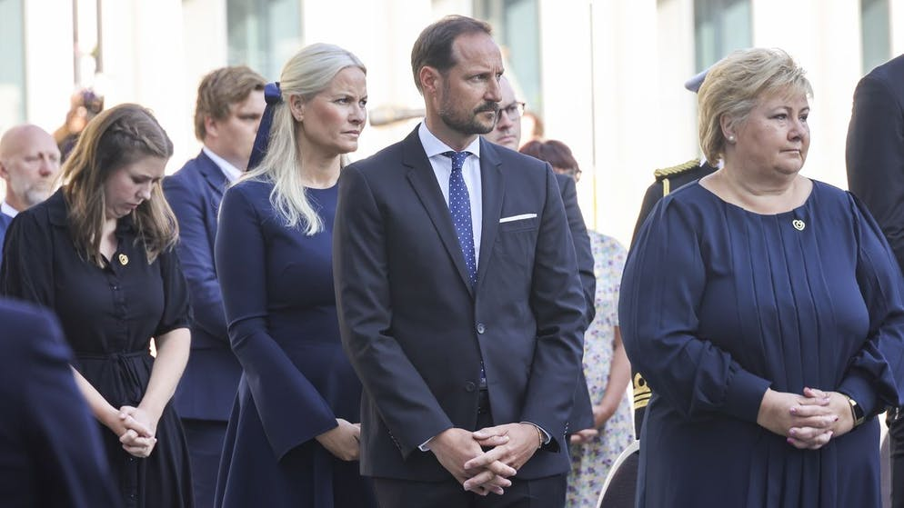epa09357632 Crown Prince Haakon Magnus (C), Crown Princess Mette-Marit (C-L) and Prime Minister Erna Solberg (R) attend the memorial service at the Government Office Complex, in Oslo, Norway, 10 years after the terrorist attack on 22 July 2011. Norway is commemorating the event that killed 77 people at the Government Office Complex in Oslo and on the island of Utoya. National memorial events will be held throughout the day in Oslo and in the municipality of Hole. EPA/GEIR OLSEN NORWAY OUT