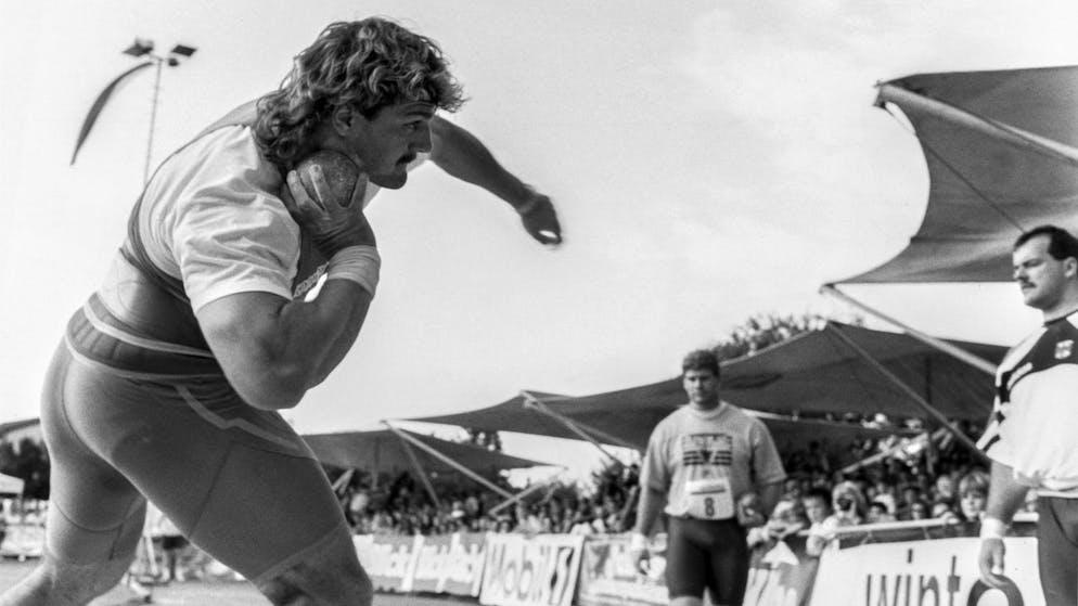 Im thurgauischen Uttwil und im Leuckerbad finden am 12. September 1993 die beiden Abschiedsmeetings des Kugelstoessers Werner Guenthoer statt. Guenthoers Bruder Roland, Mitte, und Trainer Jean-Pierre Egger, ganz rechts, haben ein prominentes Teilnehmerfeld zusammengebracht. Werner Gunethoer bei einem seiner letzten Stoesse seiner Sportler-Karriere. Der dreifache Weltmeister erreicht 21 Meter und 28 Zentimeter und distanziert damit alle seine Konkurrenten vor Ort. (KEYSTONE/Str)