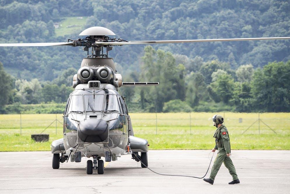 Drei Transporthelikopter 06 (TH06) der Schweizer Armee, besser bekannt als Super Puma, starten auf dem Airport Locarno in Richtung Griechenland, am Samstag, 7. August 2021. Die Schweiz unterstuetzt mit drei Super Puma Helikoptern die Loescharbeiten der Waldbraende in Griechenland. (KEYSTONE/Urs Flueeler)