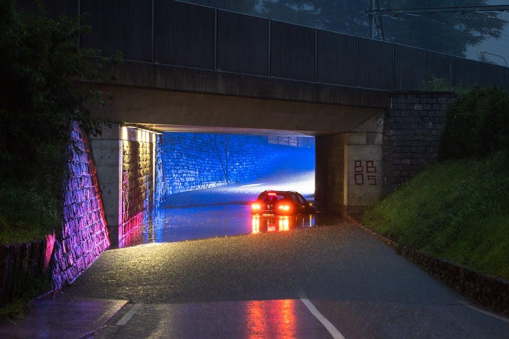Bellinzona: maltempo e allagamenti. Strada allagata in Via Lugano a Bellinzona, macchina sott'acqua. © Ti-Press / Massimo Piccoli