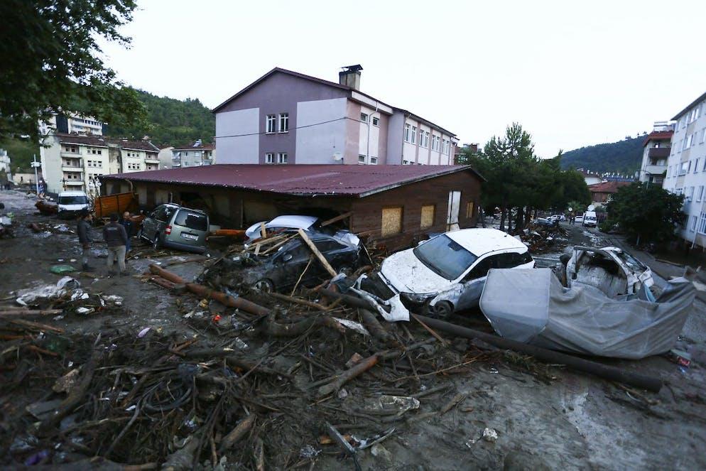 Des voitures détruites dans une rue après des inondations et des coulées de boue dans la ville de Bozkurt, dans la province de Kastamonu, le jeudi 12 août 2021.