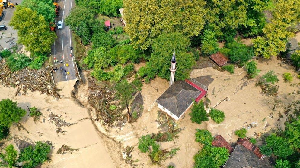 Une photo de drone montre la zone touchée à la suite d'inondations et de glissements de terrain causés par de fortes pluies à Bartin, Turquie, le 11 août 2021.