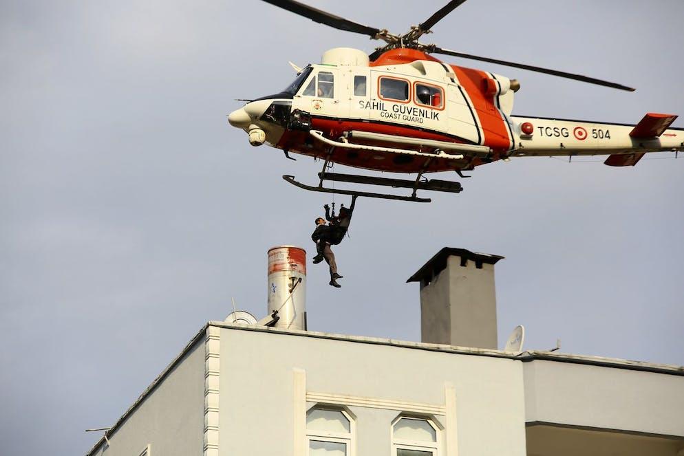 Un hélicoptère des garde-côtes a secouru un homme bloqué sur le toit d'un immeuble après que des inondations ont forcé des personnes à se mettre en sécurité sur des hauteurs et que des coulées de boue ont tué cinq personnes, dans la ville de Bozkurt, dans la province de Kastamonu, le jeudi 12 août 2021.