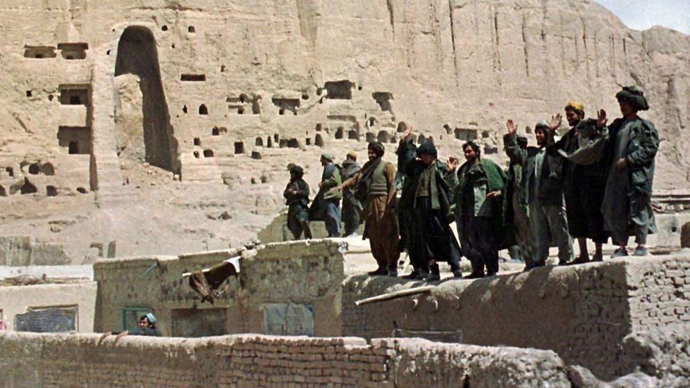 In quel periodo, le Nazioni Unite cercano di alleviare il bisogno della popolazione, che è già grande dopo la guerra civile afgana tra il 1992 e il 1996. Tuttavia, i talebani ostacolano la distribuzione degli aiuti per