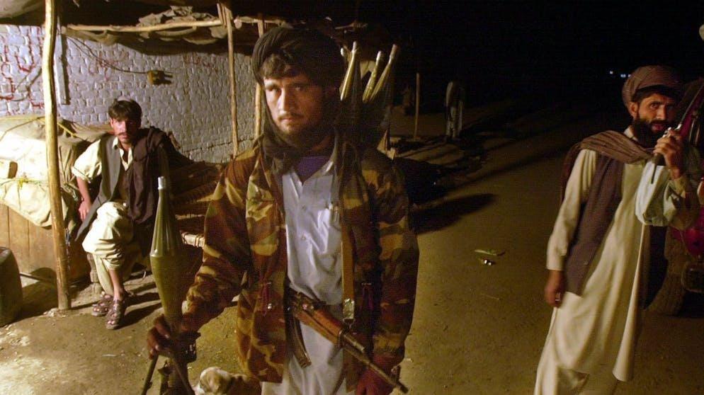 Il loro regime di terrore inizia nel settembre 1996 dopo la caduta di Kabul. I talebani stabiliscono un rigido sistema legale in cui tutto, dalla musica, al cinema e alla televisione, alla pittura, alla fotografia, al calcio e agli scacchi, è proibito.