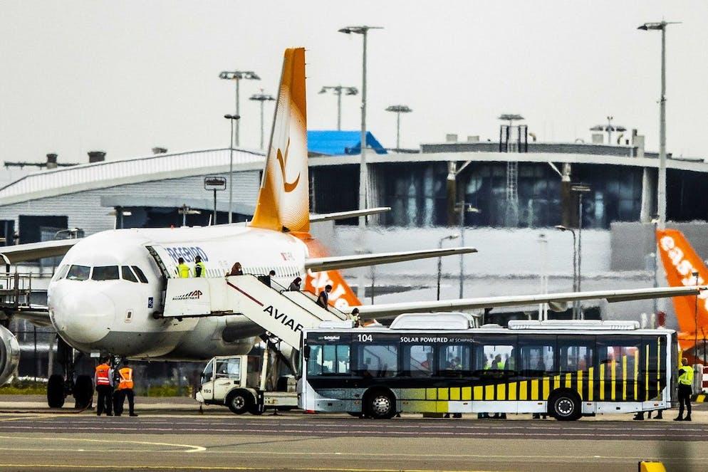 Le tout dernier vol avec des évacués d'Afghanistan a atterri à l'aéroport de Schiphol aux Pays-Bas, le 27 août 2021.