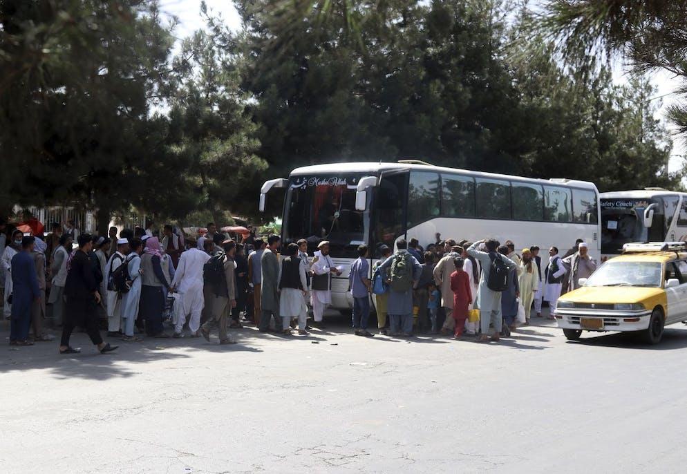 Des centaines de personnes, certaines en possession de documents, se rassemblent près d'un poste de contrôle d'évacuation sur le périmètre de l'aéroport international Hamid Karzai, à Kaboul, en Afghanistan, le vendredi 27 août 2021.