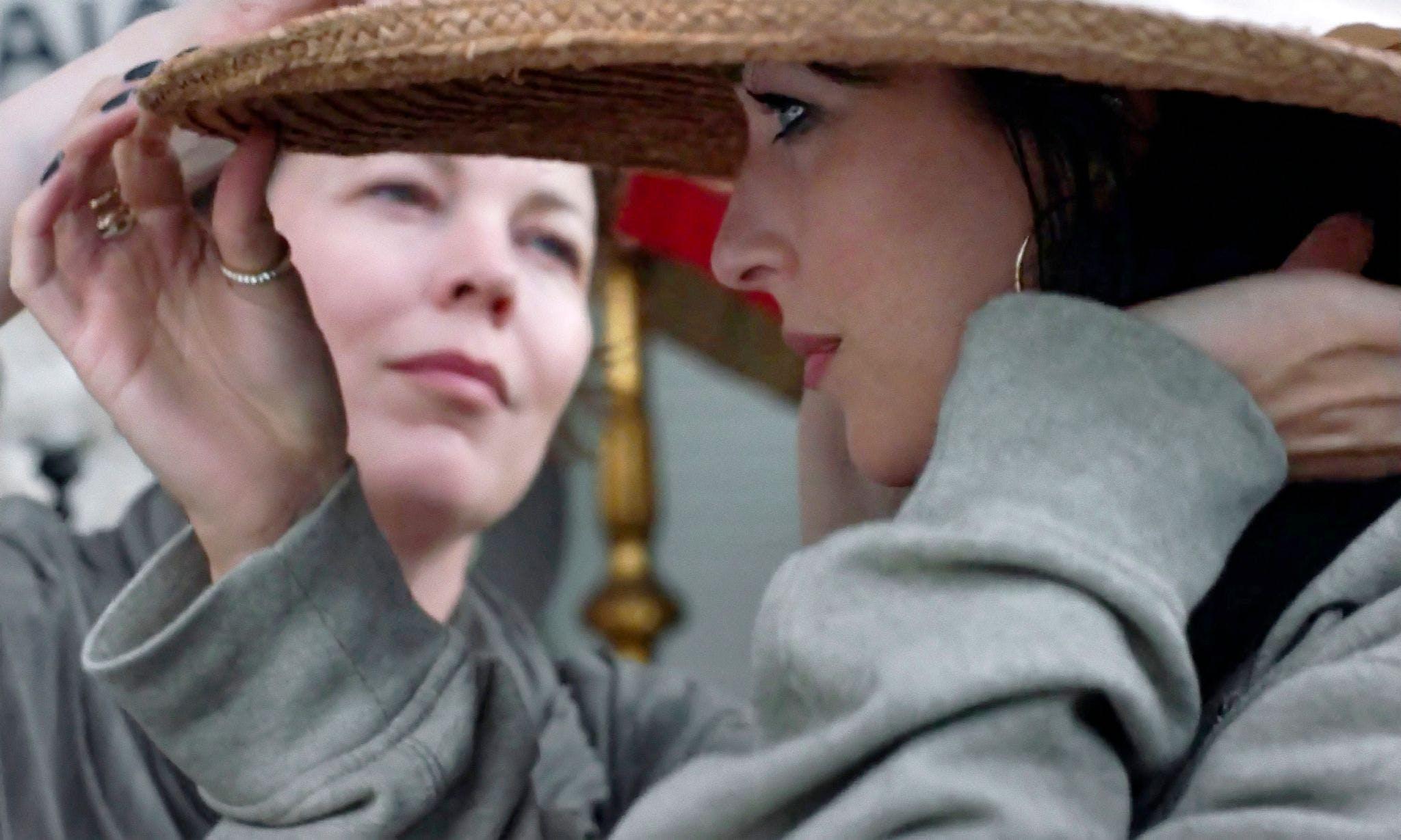 Olivia Colman (l) und Dakota Johnson in einer Szene des Films «The Lost Daughter».