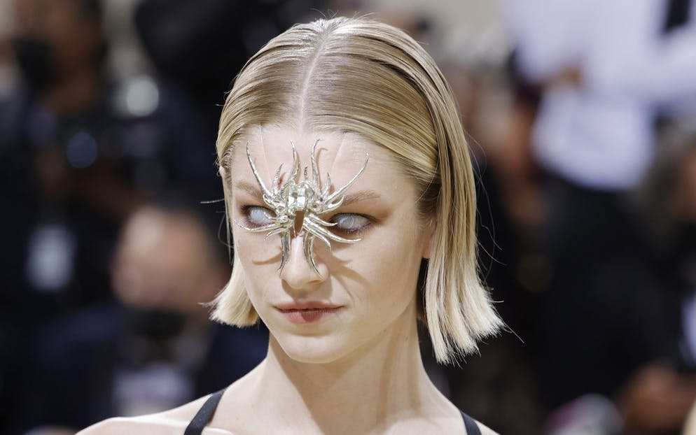 epa09466877 Hunter Schafer poses on the red carpet for the 2021 Met Gala, the annual benefit for the Metropolitan Museum of Art's Costume Institute, in New York, New York, USA, 13 September 2021. The event coincides with the Met Costume Institute's first two-part exhibition, 'In America: A Lexicon of Fashion' which opens 18 September 2021, to be followed by 'In America: An Anthology of Fashion' which opens 05 May 2022 and both conclude 05 September 2022. EPA/JUSTIN LANE