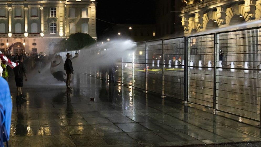 Die Polizei setzt den Wasserwerfer gegen die Demonstranten auf dem Bundesplatz ein, waehrend einer Demonstration gegen die Massnahmen im Zusammenhang mit dem Coronavirus, am Donnerstag, 16. September 2021 in Bern. (KEYSTONE/Peter Klaunzer)