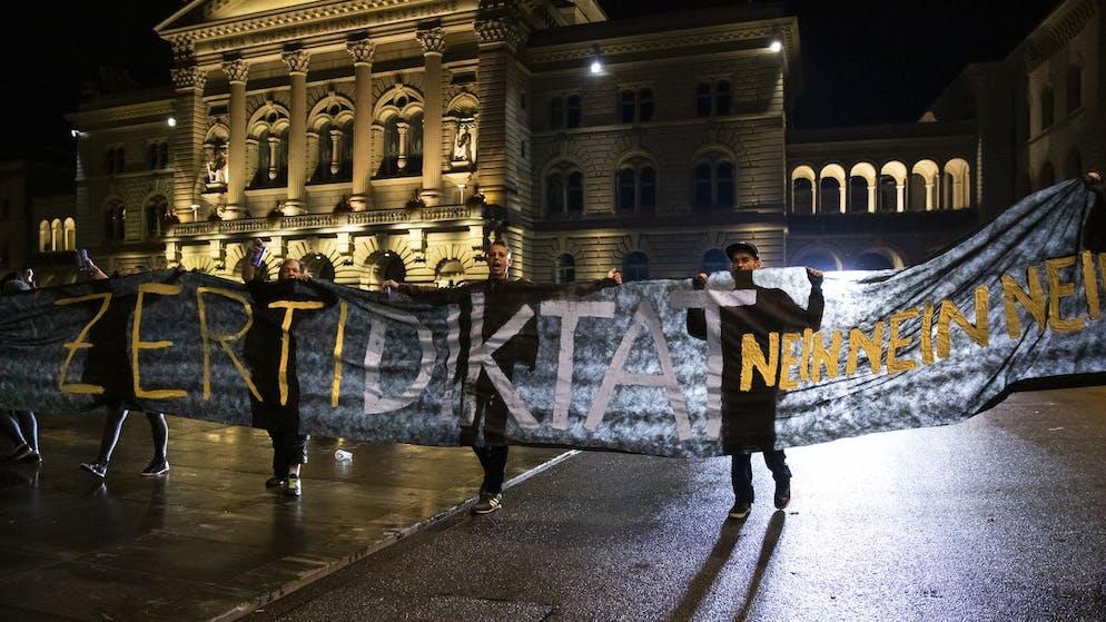 Demonstranten auf dem Bundesplatz halten ein Transparent mit der Aufschrift
