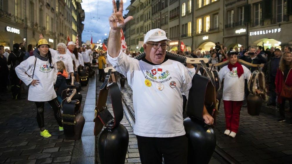 Die Freiheitstrychler waehrend einer Demonstration gegen die Massnahmen im Zusammenhang mit dem Coronavirus, am Donnerstag, 16. September 2021 in Bern. (KEYSTONE/Peter Klaunzer)