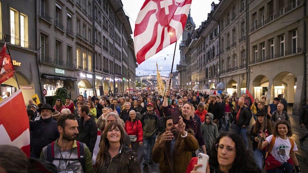 Demonstranten protestieren waehrend einer Demonstration gegen die Massnahmen im Zusammenhang mit dem Coronavirus, am Donnerstag, 16. September 2021 in Bern. (KEYSTONE/Peter Klaunzer)