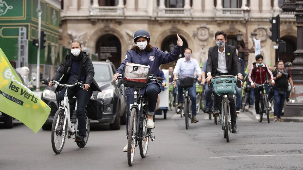 epa08500781 Paris city hall candidate Anne Hidalgo (C) for Socialist Party (PS) rides a bicycle as part of the municipal election campaign in Paris, France, 21 June 2020. The second round of the French Municipal Elections will be held on 28 June. EPA/YOAN VALAT