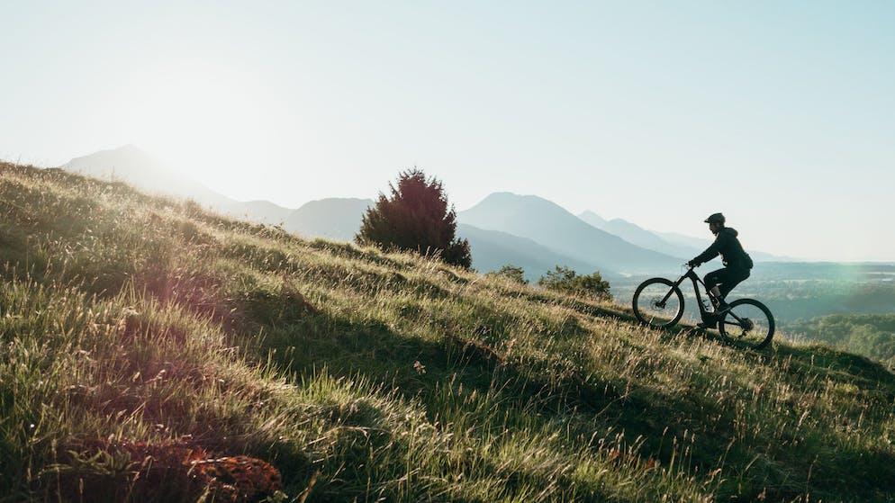 Tipp 6: Gadgets fürs Hobby. Für viele Hobbys braucht es irgendwelche meist teuren Gerätschaften, sei es ein Instrument, eine Kamera, ein Mountainbike, Langlaufskis oder ein Fernglas. Meist sind dies hochwertige und eher teure Gegenstände, denen die Besitzerin oder der Besitzer Sorge tragen und deshalb lange und auch wiederverwendet werden können – und sollten.
