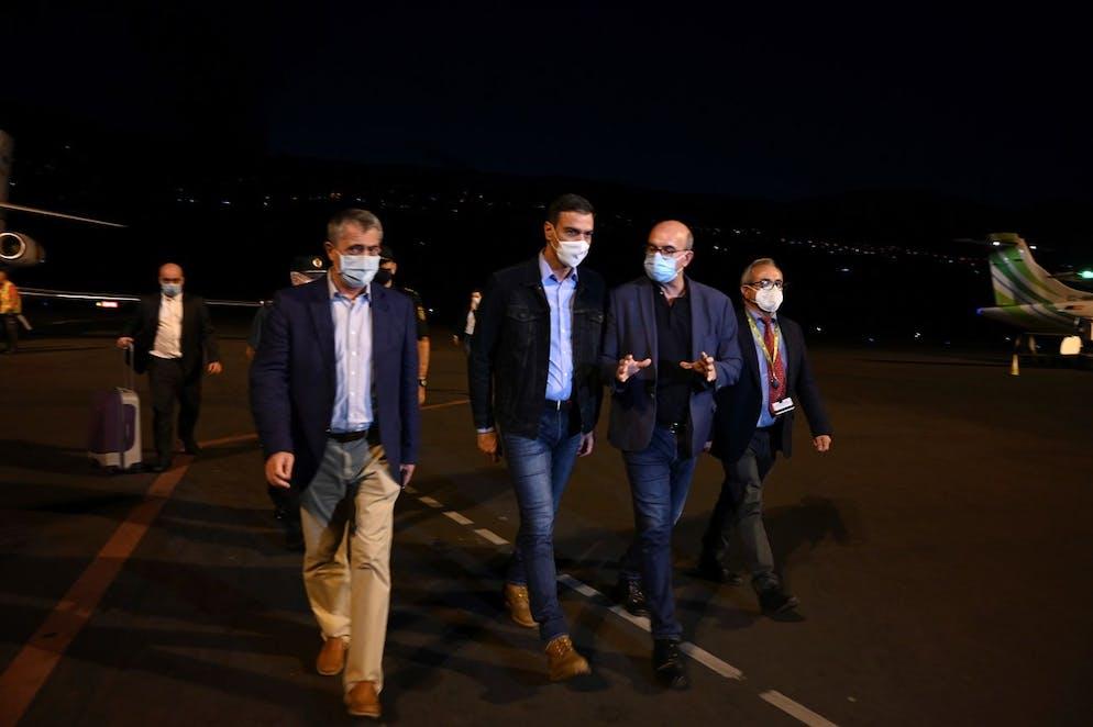 Un document photo mis à disposition par le palais présidentiel de la Moncloa montre le Premier ministre espagnol Pedro Sanchez (2-L) à son arrivée à La Palma en raison de l'éruption volcanique à El Paso, La Palma, îles Canaries, Espagne, 19 septembre 2021.