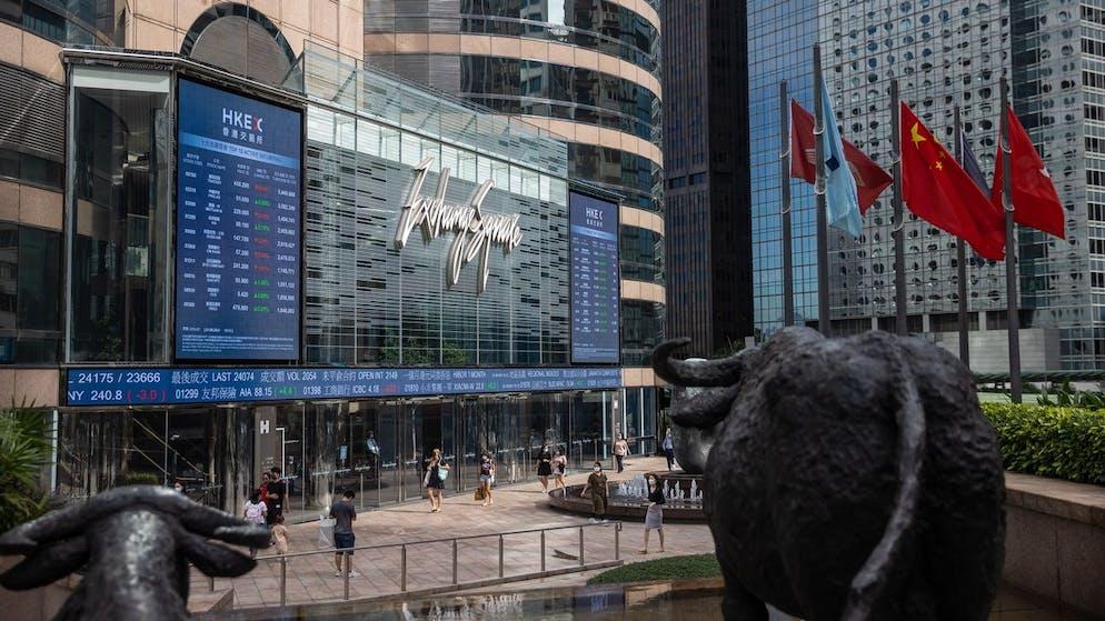 epa09478744 I pedoni passano davanti a Exchange Square, l'edificio che ospita la borsa, a Hong Kong, Cina, 21 settembre 2021. L'Hang Seng è sceso dello 0,5 percento a 23982,23 alle 13:45 ora di Hong Kong a causa delle preoccupazioni per lo sviluppatore immobiliare cinese e il crisi finanziaria Evergrande.  Agenzia per la protezione dell'ambiente / Jerome Favre