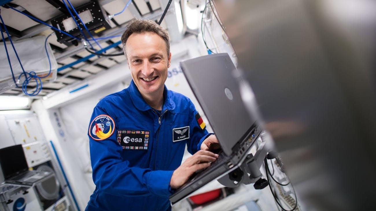 Matthias Maurer, ESA-Astronaut, steht in einem Modell des Columbus-Moduls der Internationalen Raumstation ISS.
