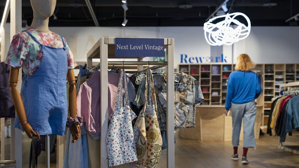 Conseil 2 : La mode. Pour les vêtements aussi, le vintage est tendance. Et là aussi, les marques de mode produisent de nouveaux vêtements donnant l'impression de dater de 60 ans. La Suisse est un pays de cocagne de grandes boutiques de seconde main.