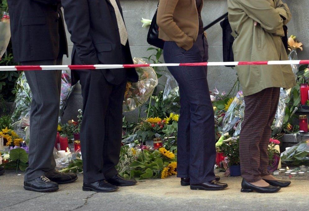 Il giorno dopo l'attacco, le persone in lutto hanno deposto fiori davanti al parlamento per commemorare le vittime.