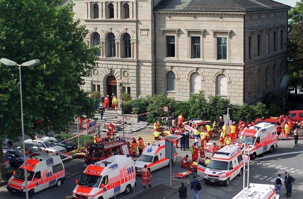 Grande dispiegamento di ambulanze davanti al palazzo del Parlamento di Zugo il 27 settembre 2001: quello che è successo qui non si è mai visto prima in Svizzera.