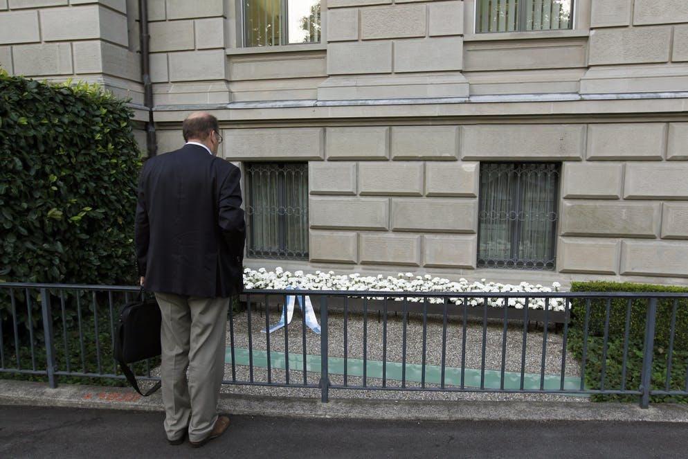 Ad ogni anniversario, Zug ricorda l'orribile atto, come in questa foto del 27 settembre 2011, nel quale si vede Joachim Eder, membro del governo cantonale di Zugo, che commemora le vittime dell'attacco.