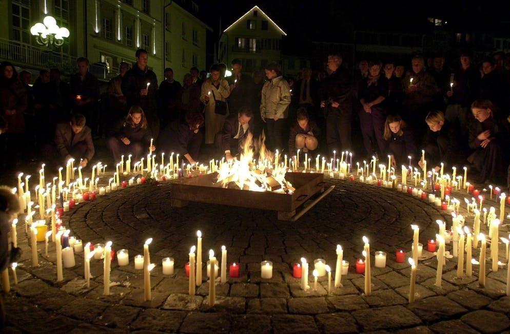 La sera si accendono candele per le vittime.