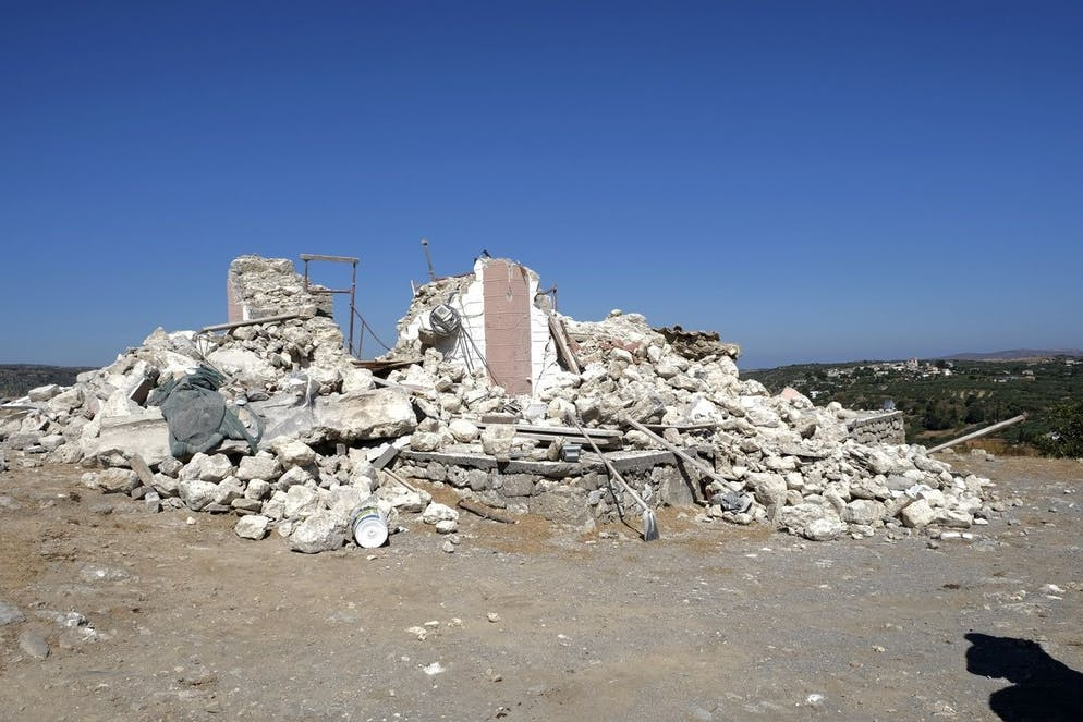 Une église grecque orthodoxe démolie de Profitis Ilias où un homme a été tué après un fort tremblement de terre est vu dans le village d'Arkalochori sur l'île méridionale de Crète, en Grèce, le lundi 27 septembre 2021.