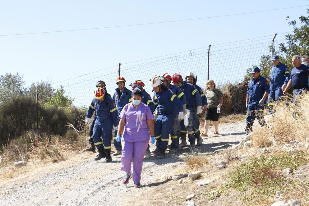 Les membres de l'équipe de gestion des catastrophes naturelles portent le corps d'une victime à la suite du tremblement de terre à Arkalochori.