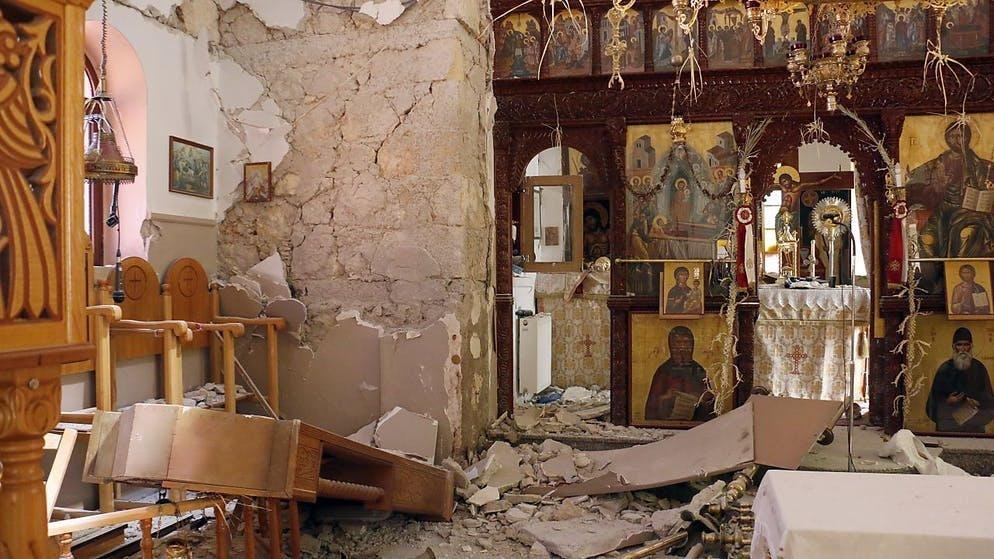 Dégâts à l'intérieur d'une église après le séisme de ce lundi en Crète.