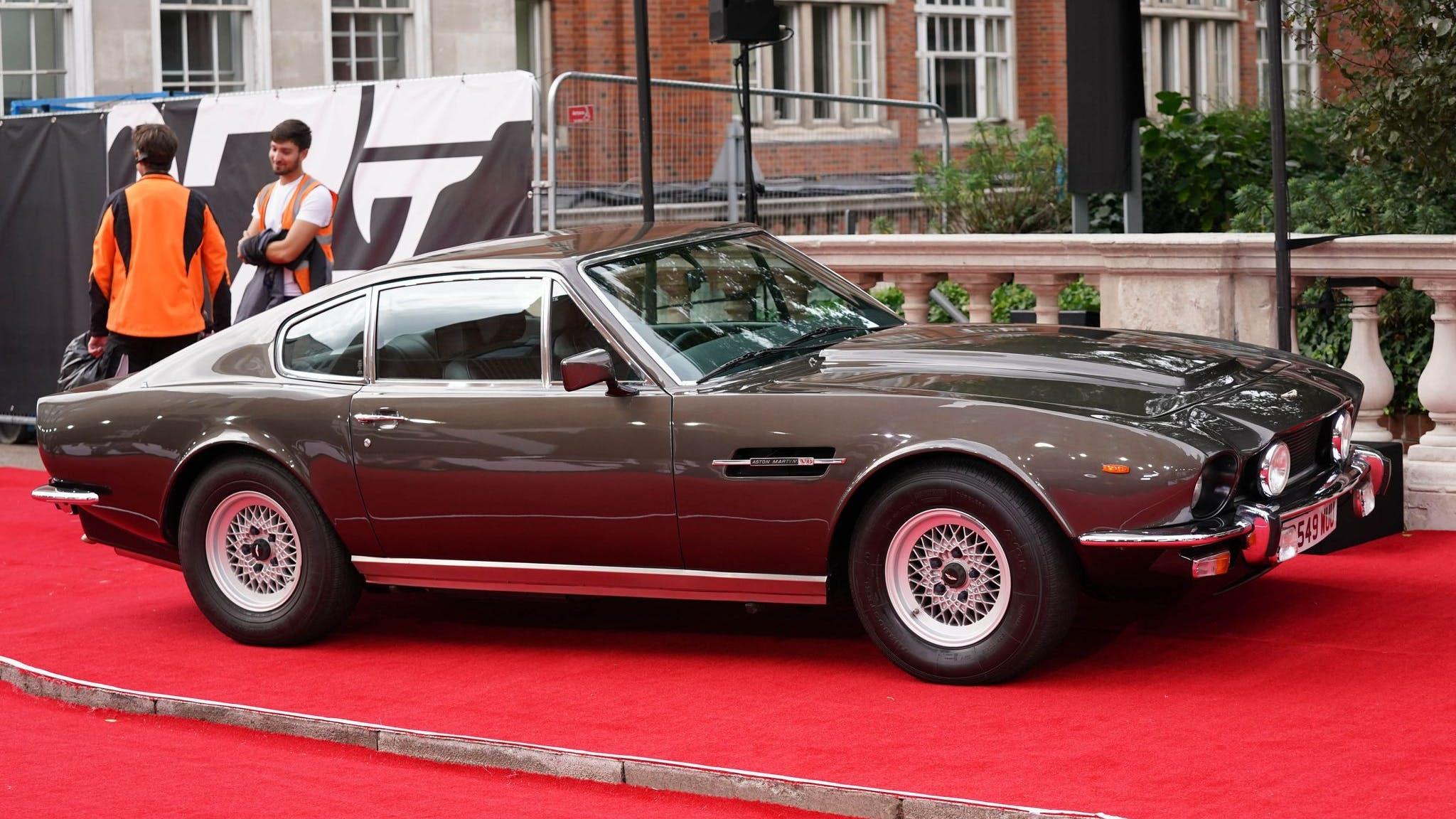 Ein Aston Martin auf dem roten Teppich. Vor den Interviews befreite Daniel Craig sein Auto von einem herabgefallenen Blatt.