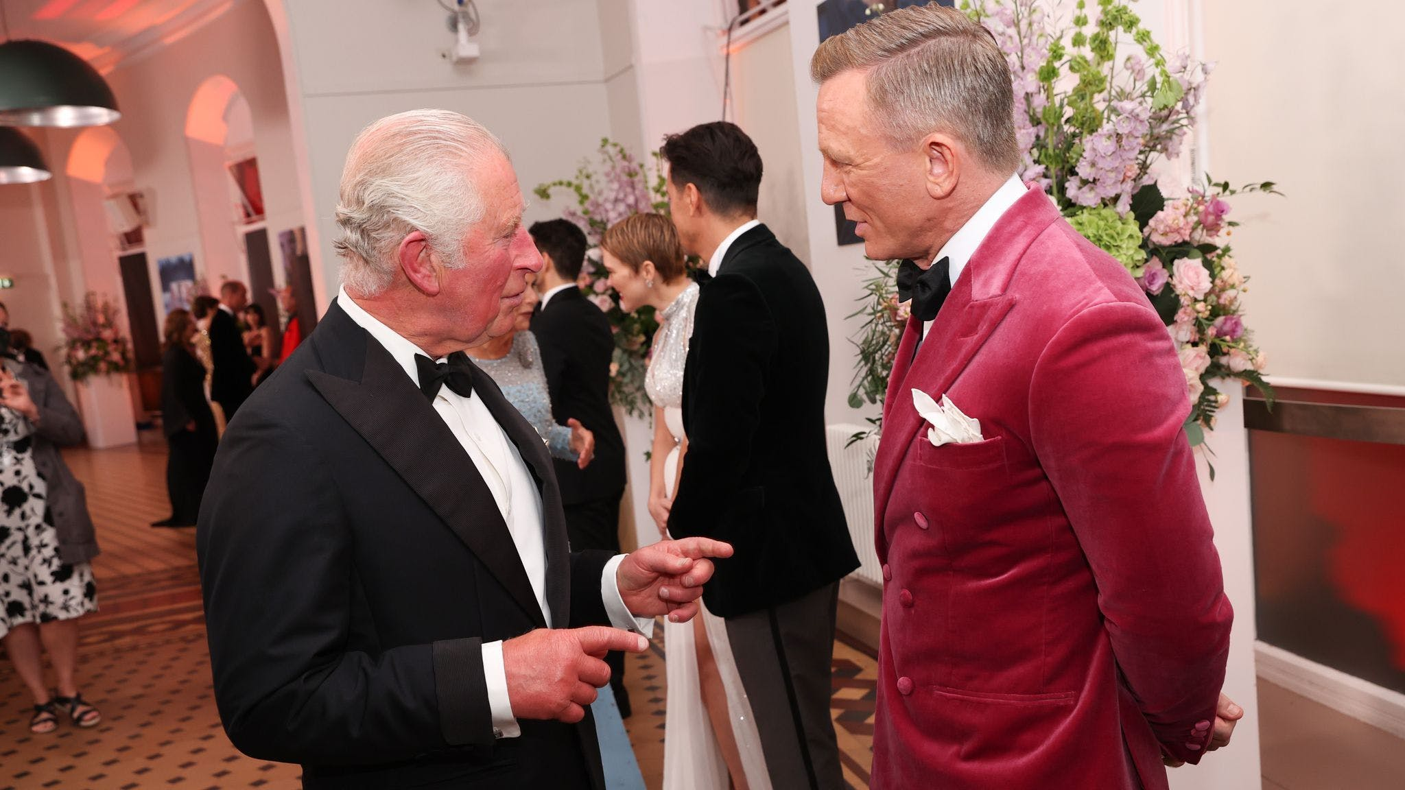Prinz Charles beim Plausch mit 007.