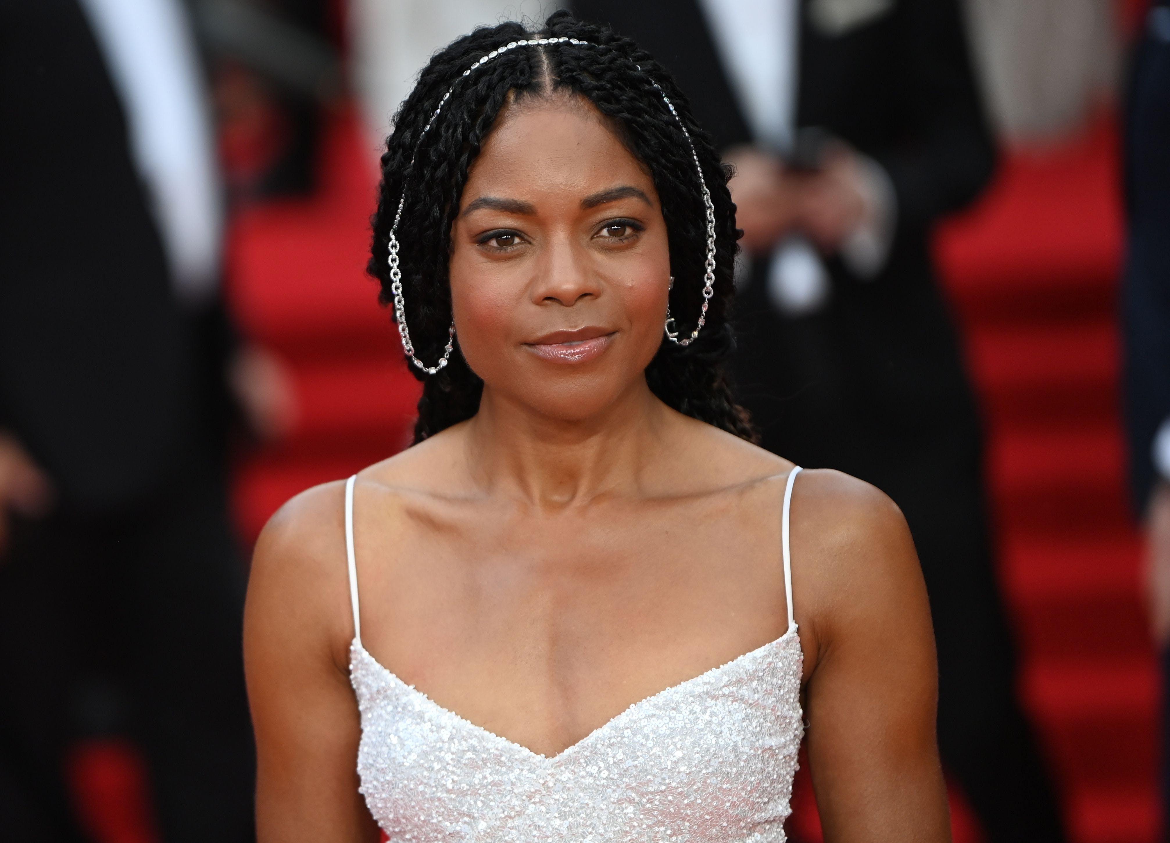 Wie in den letzten zwei Bonds spielt Naomi Harris auch 2021 wieder Moneypenny.