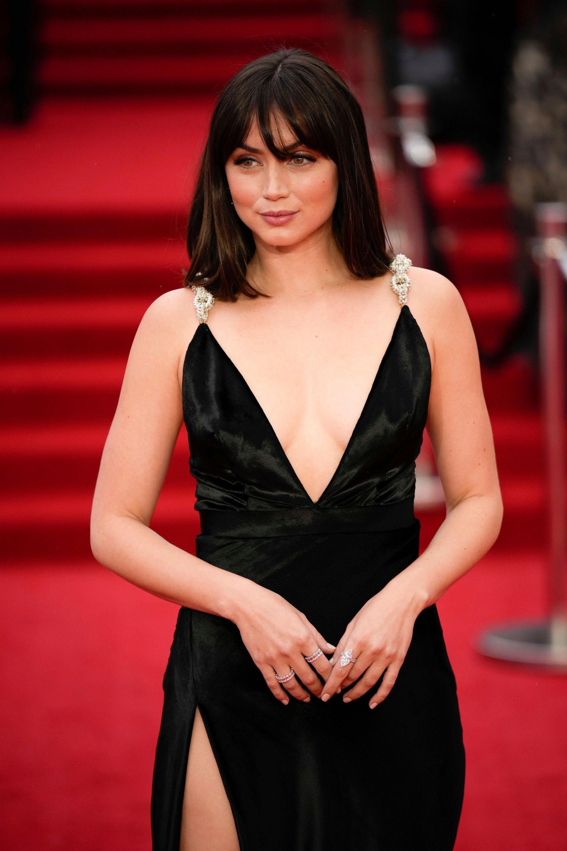Bondgirl Ana De Armas geniesst ihren Auftritt am roten Teppich.